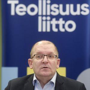 Teollisuusliiton puheenjohtaja Riku Aalto tiedotustilaisuudessa Teollisuusliiton hallituksen kokouksen jälkeen Helsingissä 19. lokakuuta