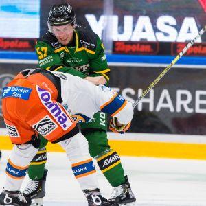 Ilveksen Jarkko Parikka vei tässä nokkapokassa Antti Erkinjunttia, mutta pisteet matkasivat Tapparalle.