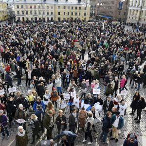 Marssijat kerääntyivät Senaatintorille ennen Kepa ry:n järjestämää Ilmastomarssia Helsingissä 20. lokakuuta