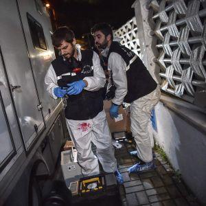 Turkin rikospaikkatutkijat tekivät rikospaikkatutkintaa konsulaatissa ja konsulin virka-asunnossa 18. lokakuuta.