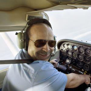 Janne Ropponen lentää Suomen Lähetyslentäjien C172 koululentokoneella