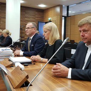 Kuvassa vasemmalta lukien asianajaja Petteri Sotamaa, asianajaja Martina Kronström ja Talvivaaran Kaivosyhtiön entinen toimitusjohtaja Pekka Perä Helsingin hovioikeudessa 22. lokakuuta.