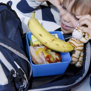 Espoolainen 6-vuotias Mikael pakkaa eskarieväät reppuun mukaan maanantaina aamulla 22. lokakuuta.