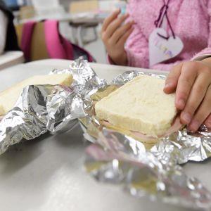 Koululainen syö omia eväitä kouluruokailussa Lintuvaaran koulussa Espoossa 22. lokakuuta