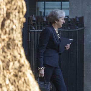 Britannian pääministeri Theresa May poistuu Downing Streetin pääministerin virka-asunnolta.