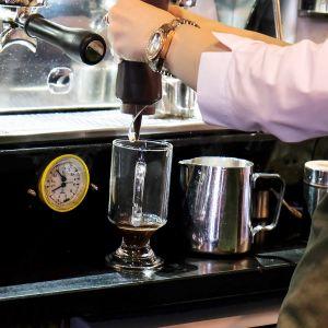 työntekijä tekemässä kahvia