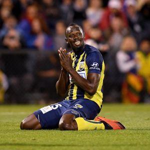 Usain Bolt harjoitusottelussa australialaisjoukkue Central Coast Marinersin paidassa.