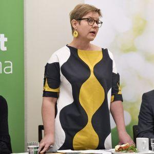 Vihreää tulevaisuusbudjettia esittelemässä kansanedustaja Emma Kari (vas.), eduskuntaryhmän puheenjohtaja Krista Mikkonen ja kansanedustaja Ozan Yanar Helsingissä 23. lokakuuta.