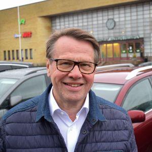 Kari Häkämies Turun aseman edessä.
