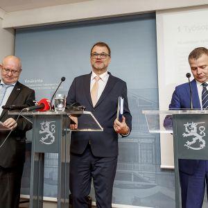 Työministeri Jari Lindström, pääministeri Juha Sipilä ja valtiovarainministeri Petteri Orpo.