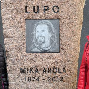 Pirjo Ahola (vas.) ja Marika Lodvonen Mika Aholan muistomerkin vierellä