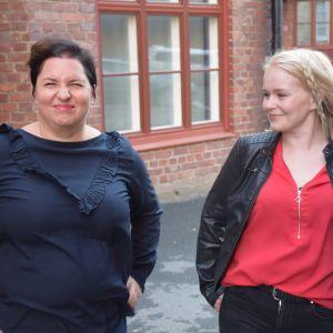Kaksi naista ulkona.