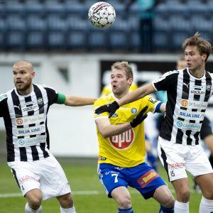 Rasmus Holma (vas.) ja Miro Tenho (oik.) yrittävät ottaa HJK:n Joao Klauss De Mellolta tilan pois.