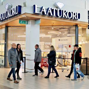Ihmisiä kävelee ohi suljetun Laatukorun myymälän kauppakeskus Jumbossa.