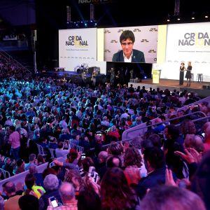 Katalonian entinen aluejohtaja Carlos Puigdemont osallistui videopuhelun avulla Katalonian itsenäisyyttä ajavan järjestön konferenssiin Manresassa.