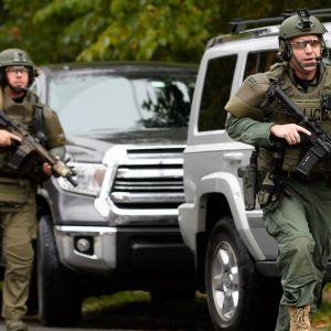 Poliisin erikoisjoukkoja Tree of Life -synagogan alueella ampumavälikohtauksen aikaan eilen 27. lokakuuta.