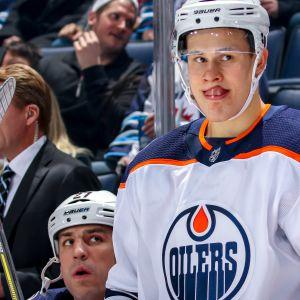 Edmonton Oilersin Jesse Puljujärvi seisoo vaihtoaitiossa.