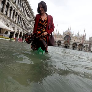 Turisti kahlasi tulvivassa Venetsiassa 29. lokakuuta 2018.