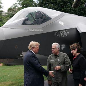 Presidentti Donald Trump tapasi heinäkuussa Lockheed Martin -aseyhtiön toimitusjohtaja Marillyn Hewsonin ja johtavan koelentäjän Alan Normanin F-35-hävittäjän vierellä.