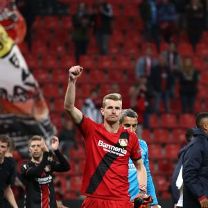 Bayer Leverkusenin Lukas Hradecky tuulettaa voittoa Eurooppa-liigassa.