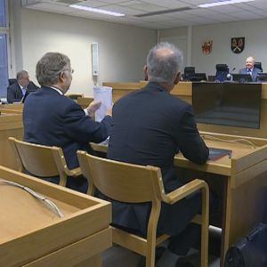 Ihmisiä Kanta-Hämeen käräjäoikeuden istunnossa