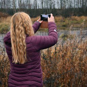 Etelä-Pohjanmaan ely-keskuksen johtava vesitalousasiantuntija Katja Haukilehto kuvaa Lapuanjokea Kauhavalla.