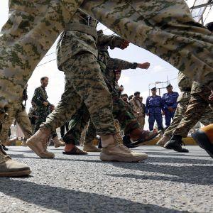 Huthikapinallisten kannattajat marssivat Sanaassa.