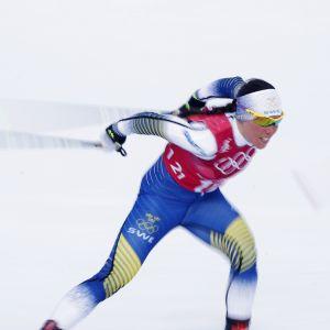 Charlotte Kalla hiihtää.