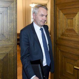 Vihreiden kansanedustaja Pekka Haavisto poistuu vihreiden eduskuntaryhmän kokouksesta eduskunnassa Helsingissä torstaina 25. lokakuuta