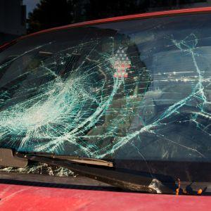 Rikkoontunut auton tuulilasi.