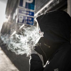 Nuori ihminen polttaa