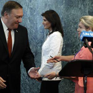 Ulkoministeri Mike Pompeo (vas.), YK-lähettiläs Nikki Haley (kesk.) ja ulkoministeriön tiedottaja Heather Nauert (oik.) tapasivat median edustajia YK:n päämajassa New Yorkissa 20. heinäkuuta 2018.