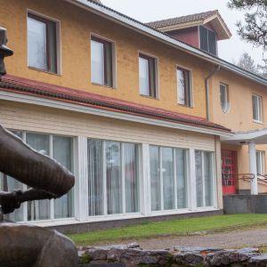 Laskumies-patsas Vaalan kunnantalon edustalla