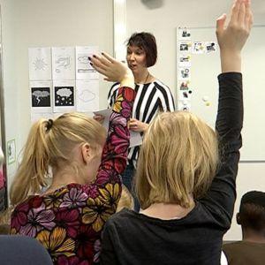 Oppilaat viittaavat Kaarisillan koulussa.