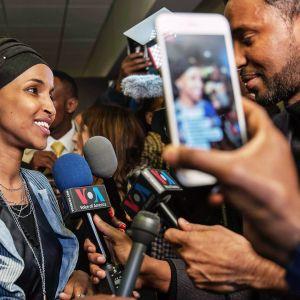 Ilhan Omaria haastatellaan.
