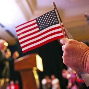 Lippu naisen kädessä.