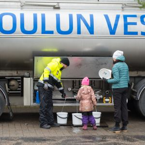 Vettä jaetaan tankkiautosta