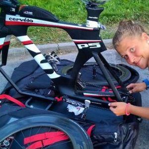 Aino Luoma pakkaamassa pyöräänsä kisamatkalle.