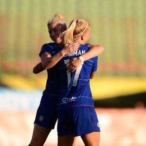 Chelsean Adelina Engman ja Bethany England juhlivat maalia.