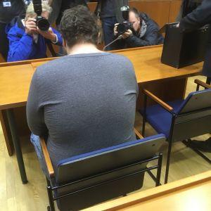 Syytetty saapui oikeuteen.