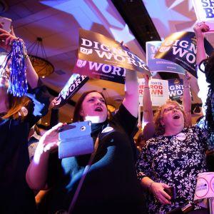 Demokraattiehdokas Sherrod Brownin kannattajat juhlivat Columbuksessa, Ohiossa 6. marraskuuta.