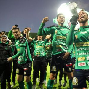 Kuvassa KPV:n pelaajia juhlimassa nousukarsinnan jälkeen kentällä.