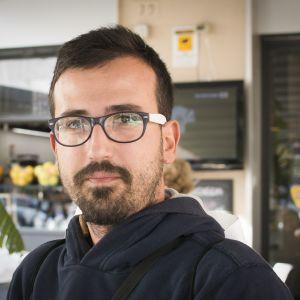 Roomalainen Riccardo on koulutukseltaan graafikko, muttei ole löytänyt töitä.