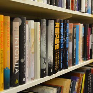 Kirjat Ilkka Remes kirjahylly kirjakauppa kirjasto lukeminen