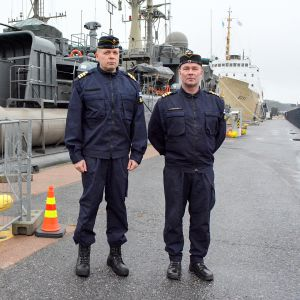 kaksi komentajakapteenia seisoo laiturilla