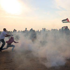 Palestiinalaiset juoksivat suojaan kyynelkaasulta yhteenotoissa Gazan kaistalla 9. marraskuuta.