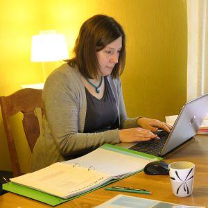 Ilona Manninen tekee palvelumuotoilun etätehtäviä kotonaan Kouvolassa.