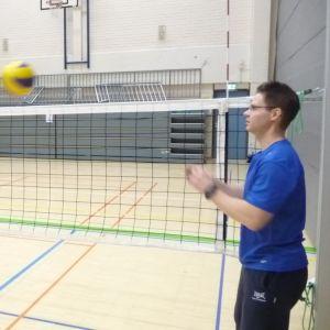 Liikuntalauantaihin Kuopiossa osallistuneet Jesse Kaipainen (vas.) ja Marko Savolainen harjoittelevat lentopalloa.
