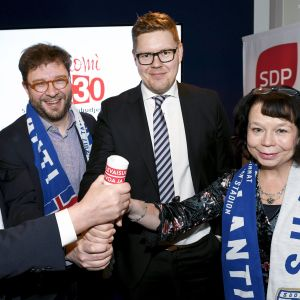 Puheenjohtaja Antti Rinne, vaihtoehtobudjetin valmistelua vetänyt Timo Harakka, eduskuntaryhmän puheenjohtaja Antti Lindtman ja kansanedustaja Pia Viitanen SDP:n vaihtoehtobudjetin tiedotustilaisuudessa.