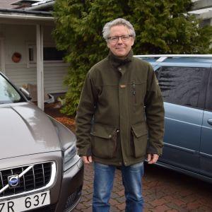 Juha-pekka Aikola ja Ruotsista ostettu Volvo.